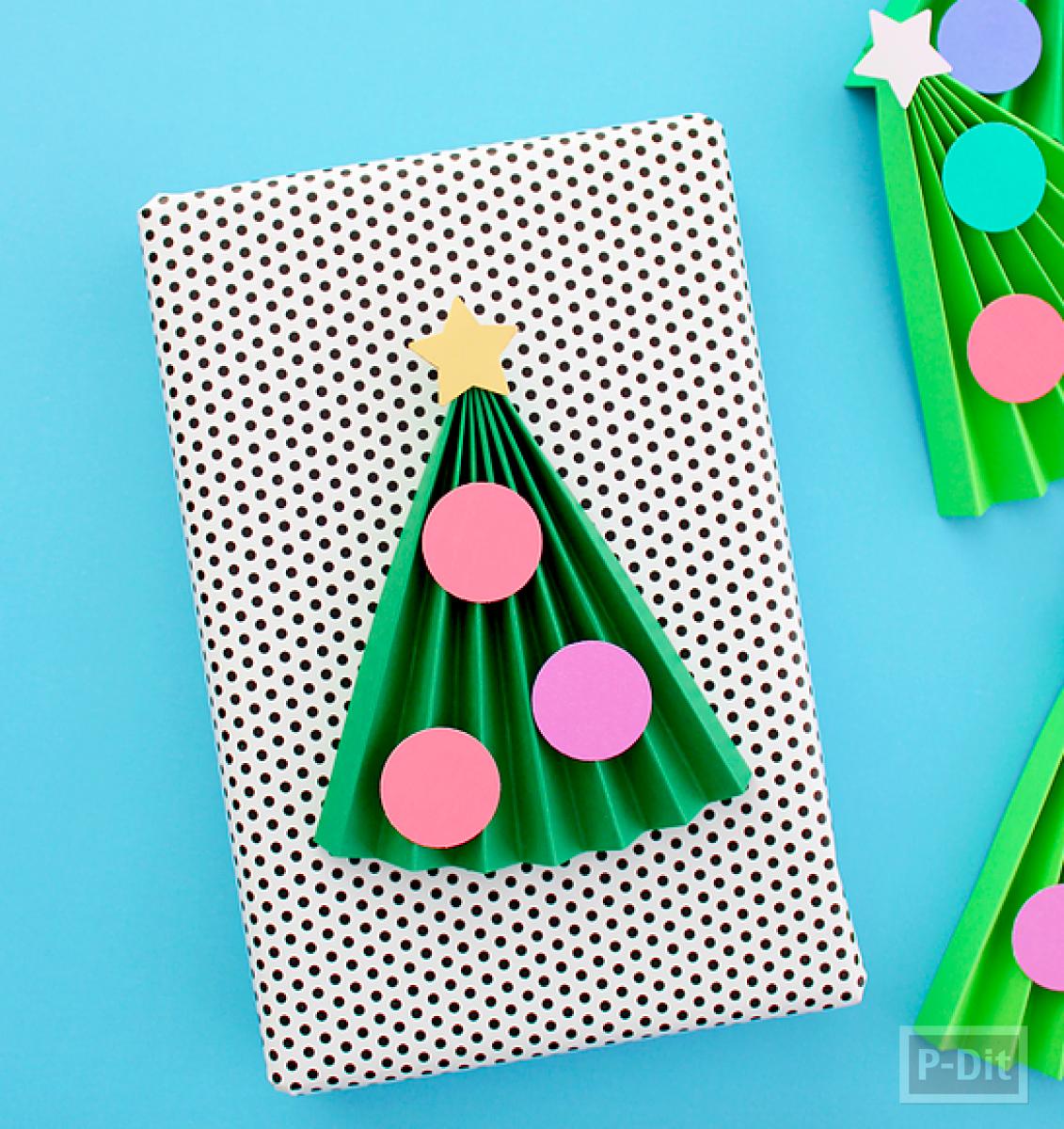 ต้นคริสต์มาสต้นเล็กๆ ตกแต่งกล่องของขวัญ